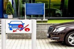 Vendas do carro da propaganda do quadro de avisos Fotografia de Stock