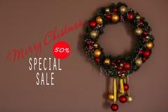 Vendas em feriados do Natal e do ano novo Decoração festiva com inscrição informativa de um disconto de 50 por cento para Fotos de Stock Royalty Free