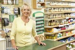Vendas fêmeas assistentes na loja do alimento natural foto de stock
