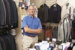 Vendas masculinas assistentes na loja de roupa Fotos de Stock