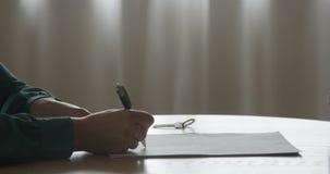 Vendas ou termos de contrato de assinatura da hipoteca com corretor Giving Property Keys do mediador imobiliário ao cliente após  vídeos de arquivo