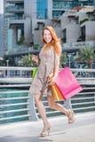 Vendas para o shopaholic Moça que guarda sacos de compras e s Fotos de Stock