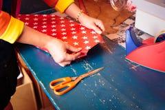 Vendas Person Wrapping Gift fotografia de stock royalty free