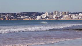 Vendaval de la playa de Albufeira que pasa por alto la ciudad de Armacao de Pera metrajes