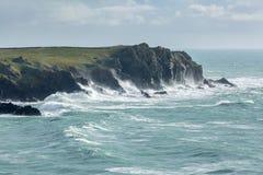 Vendavales de la costa costa a lo largo de los acantilados rugosos de Cornualles, cerca de la ensenada imponente de Kynance imagen de archivo libre de regalías