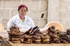 Vendedor africano del fidh de la mujer Fotos de archivo libres de regalías