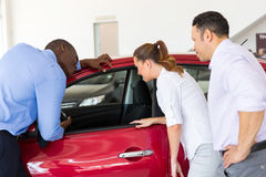 Vendedor africano que mostra o carro novo fotos de stock royalty free