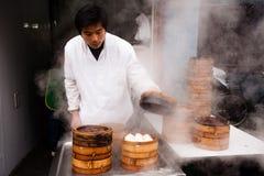 Vendedor ambulante chino de las bolas de masa hervida Imagen de archivo libre de regalías