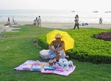 Vendedor ambulante chino que vende items del juguete en la playa Foto de archivo libre de regalías