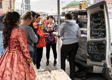 Vendedor ambulante con la máquina del café en St Petersburg, Rusia Fotos de archivo