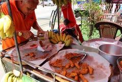 Vendedor ambulante de bananas fritadas foto de stock royalty free