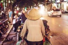 Vendedor ambulante de calle vietnamita During Night Time Imagen de archivo libre de regalías