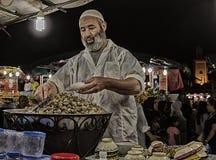Vendedor ambulante de caracoles hervidos en Marrakesh en el cuadrado del EL Fna de Djemaa