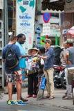 Vendedor ambulante de la calle de gafas de sol en Saigon Imagen de archivo