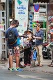 Vendedor ambulante de la calle de las gafas de sol en Saigon Imagenes de archivo
