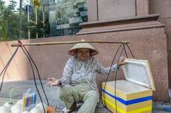 Vendedor ambulante de rua vietnamiano de sorriso Foto de Stock