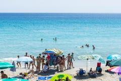 Vendedor ambulante del traje de baño en una playa en Cerdeña, Italia Fotos de archivo libres de regalías