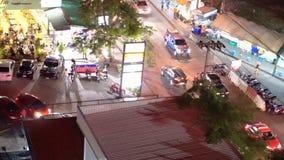Vendedor ambulante e tráfego de Banguecoque na noite da vista superior filme