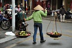 Vendedor ambulante en Hanoi, Vietnam foto de archivo