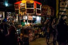 Vendedor ambulante en la noche Fotos de archivo libres de regalías