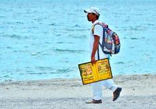 Vendedor ambulante en la playa foto de archivo