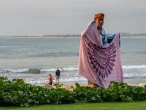 Vendedor ambulante en la playa Bali de Kuta imágenes de archivo libres de regalías