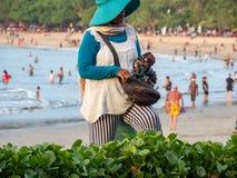 Vendedor ambulante en la playa Bali de Kuta fotografía de archivo