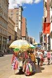 Vendedor ambulante en Nueva York a lo largo de la calle de Broadway fotografía de archivo