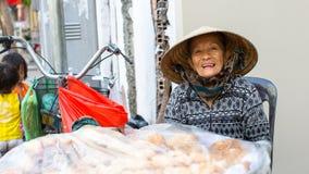 Vendedor ambulante local de la mujer imágenes de archivo libres de regalías
