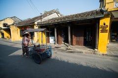 Vendedor ambulante na cidade antiga de Hoian, Vietname Imagens de Stock Royalty Free