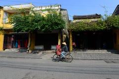 Vendedor ambulante na cidade antiga de Hoian, Vietname Imagem de Stock