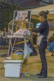 Vendedor ambulante novo Woman Preparing Dessert fotografia de stock