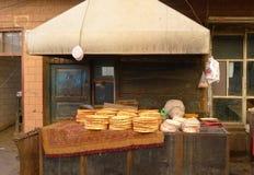 Vendedor ambulante que vende el pan delicioso 'Nang' de Uyghur Imagen de archivo