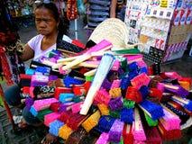 Vendedor ambulante que vende fans coloreadas en el quiapo, Manila, Filipinas en Asia Foto de archivo libre de regalías