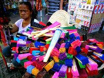 Vendedor ambulante que vende fãs coloridos no quiapo, manila, Filipinas em Ásia Foto de Stock Royalty Free