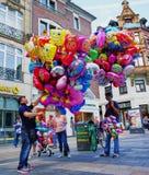 Vendedor ambulante que vende los globos coloridos del helio - Alemania foto de archivo