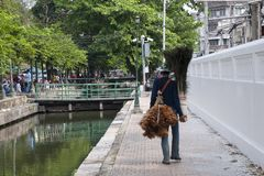 Vendedor ambulante que vende los plumeros de la pluma y las plumas del pavo real imágenes de archivo libres de regalías