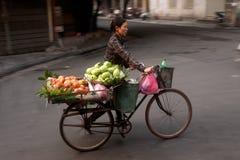Vendedor ambulante típico en Hanoi, Vietnam Imagen de archivo