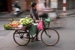 Vendedor ambulante típico en Hanoi, Vietnam Foto de archivo libre de regalías