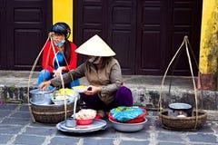 Vendedor ambulante vietnamiano local das mulheres em Hoi An fotografia de stock