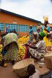 Vendedor anaranjado en mercado en Benin foto de archivo libre de regalías