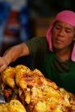 Vendedor asado a la parilla del pollo en el compuesto de Wat Saket. fotografía de archivo