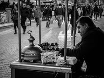 Vendedor asado a la parrilla de las castañas Foto de archivo libre de regalías