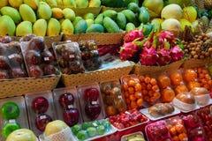 Vendedor asiático de la noche de la calle de mercado de la comida del concepto de frutas Frutas tropicales exóticas Imagen de archivo libre de regalías