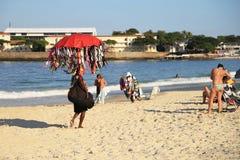 Vendedor brasileño de la playa que vende el bikini en la playa de Copacabana Fotografía de archivo libre de regalías