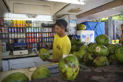 Vendedor brasileño de Gelado de los Cocos que prepara los cocos Imagenes de archivo