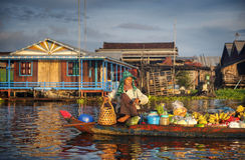 Vendedor camboyano local en concepto flotante del mercado Foto de archivo libre de regalías