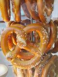 Vendedor cocido al horno suave de los pretzeles Imagenes de archivo