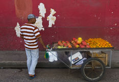 Vendedor colombiano da fruta fotografia de stock royalty free