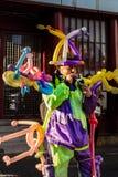 Vendedor colorido do balão vestido como um palhaço fotos de stock royalty free